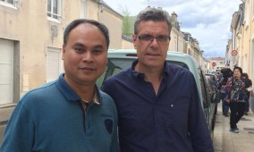 ผศ.ดร.พลพัฒน์ รวมเจริญ (ซ้ายมือ) กับนักวิจัยชาวฝรั่งเศส