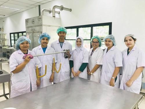 นักศึกษาทำไก่เชียงแกงเขียวหวาน