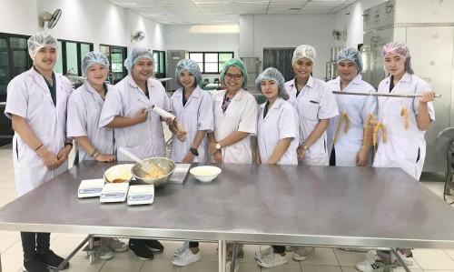 นักศึกษาทำไส้กรอกคั่วกลิ้ง
